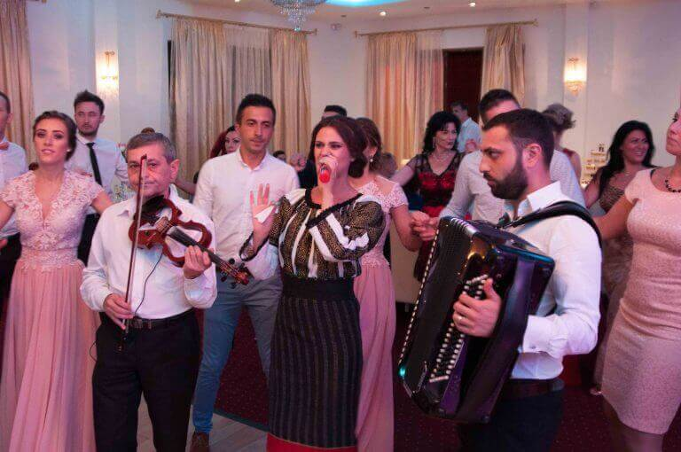 Mirela Moldoveanu, cunoscuta cantareata de muzica populara din Moldova, este recunoscuta pentru energia sa si pt ritmurile pe care le canta. Pe langa repertoriu propriu, Mirela stie sa cante muzica populara din toata tara, muzica usoara romaneasca si covers. Mirela poate canta atat in Bucuresti, cat si in restul tarii.