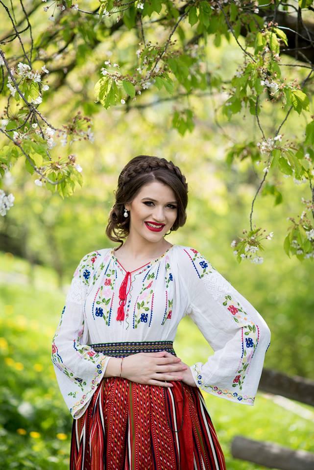 Bianca Crenganis este o cantareata de muzica populara cu multiple premii la activ si o experienta de peste 5 ani in domeniul evenimentelor private. Bianca poate canta atat piese proprii, cat si muzica populara din Moldova, Ardeal, Muntenia, Banat si Oltenia. Bianca poate canta atat in Bucuresti, cat si in restul tarii.