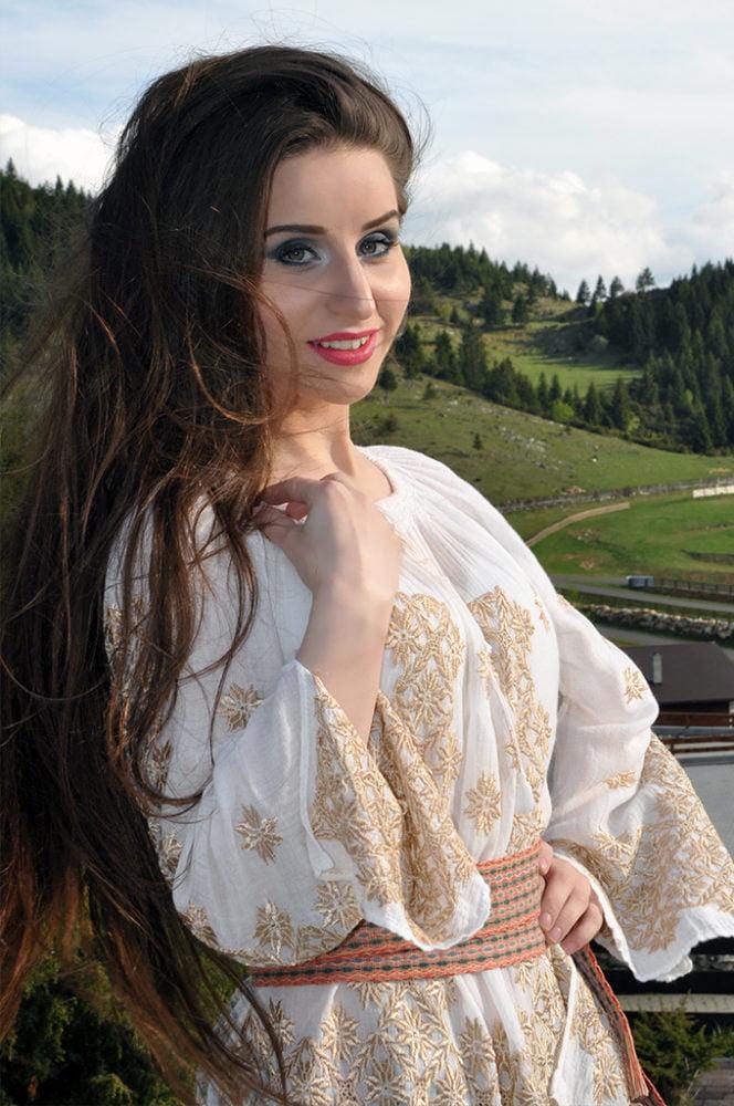 Maria Olteanu este una din cele mai bune voci ale noii generatii de interpreti de muzica populara, dar si o foarte buna voce de cover. Maria poate trece cu usurinta de la hora la muzica usoara, respectand specificitatile fiecarui stil muzical. Maria poate canta atat in Bucuresti, cat si in restul Romaniei.