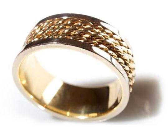 Am inceput in 1972, sa cream bijuterii din metale pretioase, lucrate manual, reusind in acelasi timp sa excelam si in calitate. Garantam calitatea fiecarui produs in parte prin experienta maestrilor bijutieri, care lucreaza atent fiecare detaliu, bijuteria fiind in sine expresia artistica cu care iti propunem o schimbare. Alege o bijuterie veritabila Cîcu si lasa adevaratele straluciri ale metalelor nobile, impreunate cu pietre pretioase, sa-ti completeze caseta cu accesorii din viata ta.