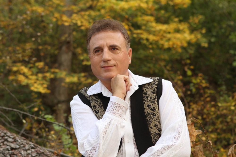Constantin Enceanu este ovoce inconfundabila, un simbol al muzicii populare oltenesti cu un adevarat simt al slagarului. Poate canta in Bucuresti sau in restul tarii.