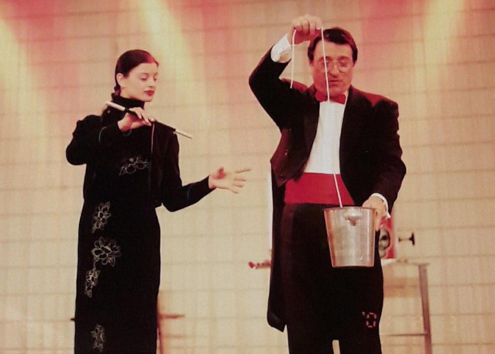 Bogdan-Roth Mihail si Romanet Mirela sunt membrii Teatrului Magic Rothini si au o experienta scenica de peste 25 de ani. Trupa de magie Rothini nu face compromisuri. Au lucrat in colaborare cu teatre si televiziuni din Romania si strainatate, incluzandTeatrul Constantin Tanase , Teatrul Toma Caragiu, TVR1, TVR2, Antena1, Antena Stars, ProTV si au avut spectacole in Japonia, Koreea de Sud, Hong-Kong, Italia, Grecia si au prestat multi ani la celebrul Melody bar din Bucuresti, alaturi de cei mai renumiti artisti. Trupa de magie Rothini este atestata de catre Ministerul Culturii, cu atestat in domeniul magiei.