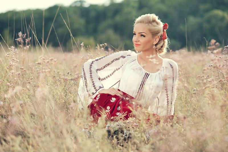 Maria Constantins-a nascut pe 12 martie 1987 in micul orasel Balcesti din judetul Valcea.Facandu-se remarcata prin calitatile vocale deosebite, Maria Constantin ofera un spectacol de muzica populara autentic la orice eveniment privat participa. Maria Constantin poate canta programe de muzica populara, interpretand melodii din repertoriu propriu sau melodii clasice din folclorul romanesc atat in Bucuresti, cat si in restul tarii.