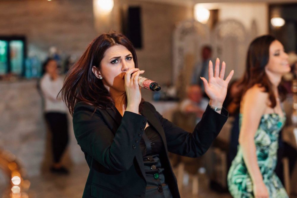 Andreea Petricean este o solista de muzica usoara din Bucuresti. Andreea poate canta muzica usoara romaneasca sau internationala (cover) la nunta ta