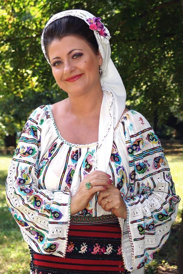 """Steliana Sima este una din cele mai cunoscute interprete de muzica populara din Romania. Solista consacrata de muzica folclorica din Oltenia si Muntenia a scos nu mai putin de 9 albume pe piata romaneasca. Fosta solista a ansamblului """"Ciocarlia"""" este renumita pentru piesele de compozitie proprie cu referire la relatia mama - copil si dragostea sa pentru animale, in mod special penntru caini. Steliana Sima canta la nunti acompaniata de taraf sau orchestra si are in repertoriu propriu numeroase piese de dragoste perfecte pentru astfel de evenimente. Solista poarta cu cinste portul popular specific zonei sale de bastina atunci cand este invitata la o nunta, iar repertoriul sau include atat piese proprii, cat si alte piese celebre ale muzicii populare sau piesele solicitate de miri. Genuri muzicale:Repertoriu propriu, Muzica Populara din Muntenia, Muzica Populara din Oltenia, Muzica de Petrecere"""