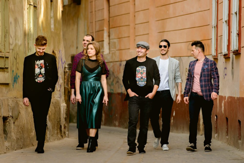 Soundbox este un cover band din Brasov, lansat de 2 ani pe piata muzicala, avand in componenta muzicieni cu experienta de scena. Membrii formatiei provin din diverse proiecte pop rock, iar pasiunea pentru muzica de calitate este elementul comun care a condus la aceasta formula deosebit de omogena. Trupa interpreteaza in maniera personala piese alese din repertoriul international, dar si romanesc, hituri de mare succes, atat actuale, cat si ever green-uri. Genuri muzicale: Muzica Usoara Romaneasca, Muzica Usoara Internationala, Covers