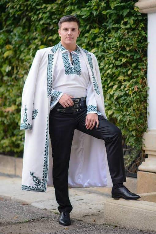 Sebi David este un tânăr interpret de muzică populară din zona Argeș - Mușcel. Interpret de folclor muntenesc și cu un repertoriu vast, Sebi cucerește publicul prin glasul și timbru său aparte, dar și prin portul tradițional muntenesc. Genuri muzicale: Repertoriu propriu, Muzică populară din Muntenia, Muzică de petrecere.