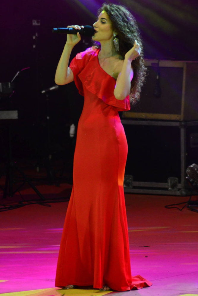 Ana Maria Rosu este o voce tânără, puternică și sensibilă, ce transmite emoție de la prima respirație. Ana Maria s-a făcut cunoscută la Vocea României, unde a reușit să întoarcă toate scaunele în numai câteva secunde. Genuri muzicale: Muzica Usoara Romaneasca, Muzica Usoara Internationala