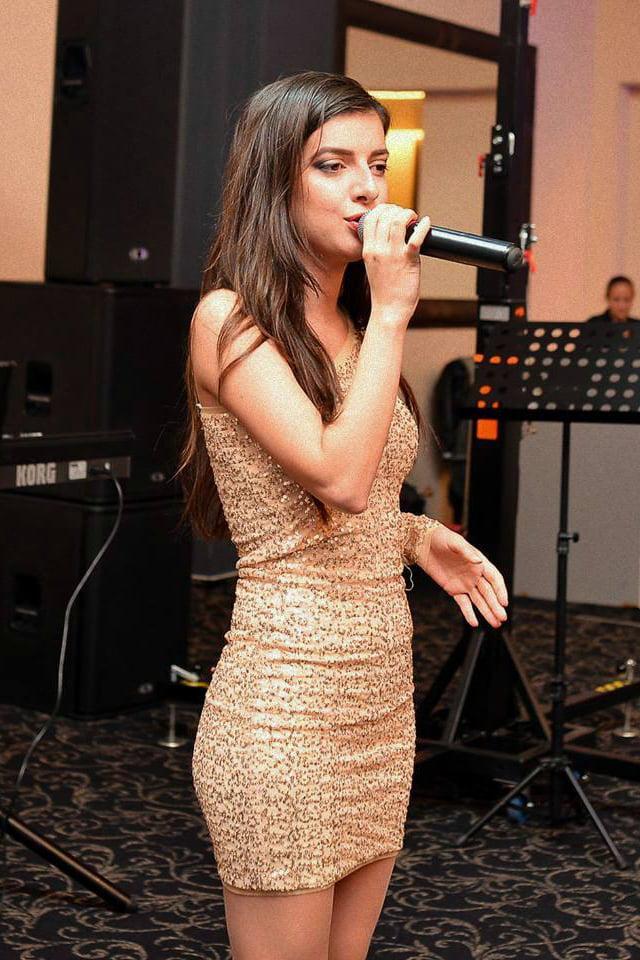 Ella poate canta Muzica Usoara Romaneasca si Internationala, Muzica Populara si multe altele in Bucuresti sau in restul tarii.