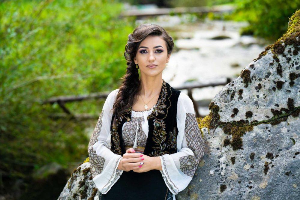 Bianca abordeaza numeroase stiluri ale folclorului romanesc, avand in repertoriu piese din Olteania, Mehedinti, zona sa de bastina, dar si din Banat si Muntenia. Bianca isi propune sa fie mereu pe placul nuntasilor si sa le ofere de fiecare data cel mai bun program pentru nunta lor.